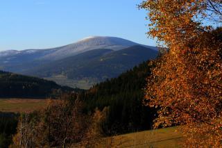 Widok na Śnieżnik (1425 m n.p. m.) ze Starego Gierałtowa. Fot. Izabela Zamojska.