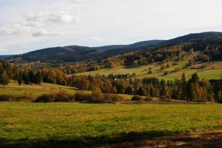 Jesień w dolinie Białej Lądeckiej. W tle Góry Bialskie i zabudowania Starego Gierałtowa. Fot. Monika Ciesłowska
