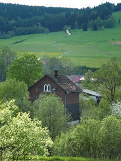 Widok na domy dawnych pracowników kolei w Stroniu Śląskim.W tle wzniesienia Krowiarek. Fot. Monika Ciesłowska.
