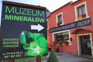 Muzeum Minerałów w centrum Stronia Śląskiego to rodzinna kolekcja skał i minerałów z Polski i ze świata. Na miejscu sklep z autorską biżuterią z kamieni półszlachetnych.